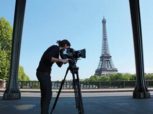 Tour Eiffel et étudiant en art